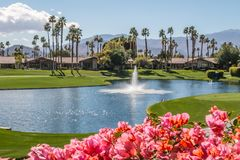 Punto di vista di rilassamento in Palm Springs, California del country club immagine stock libera da diritti