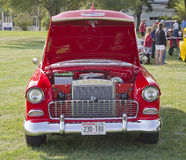 Punto di vista rosso & bianco 1955 di Chevy Bel Air Front Immagine Stock