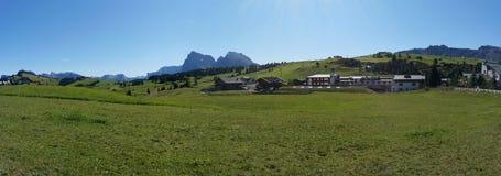 Punto di vista scenico di alp de siusi con il gruppo famoso del langkofel delle montagne della dolomia Immagine Stock