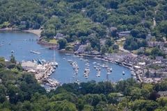 Punto di vista scenico di Camden Harbor nell'estate fotografie stock