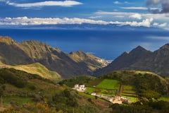 Punto di vista scenico di paese collinoso di Tenerife, isole Canarie Fotografia Stock