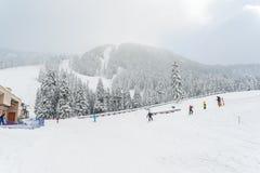 Punto di vista scenico di piccola gente che cammina in montagna della neve, Washington, Fotografie Stock Libere da Diritti