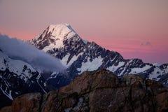 Punto di vista scenico di tramonto del cuoco di Mt con il cielo variopinto, NZ Fotografia Stock
