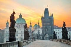 Punto di vista scenico di Lesser Town Tower e di Charles Bridge Karluv Most ad alba, Praga, repubblica Ceca immagini stock