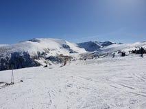 Punto di vista di Snowy nello snowboard di corsa con gli sci di Borovets fotografie stock libere da diritti