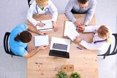 Punto di vista sopraelevato dei lavoratori medici che hanno una riunione Fotografia Stock