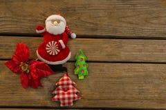 Punto di vista sopraelevato del Babbo Natale con l'albero di Natale Fotografia Stock