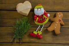 Punto di vista sopraelevato del Babbo Natale dall'uomo del pan di zenzero dei ramoscelli Fotografie Stock Libere da Diritti