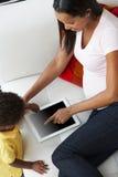 Punto di vista sopraelevato della madre e del figlio sul sofà Immagini Stock