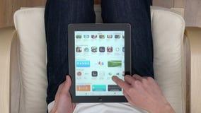 Punto di vista sparato di lettura rapida dell'App Store video d archivio