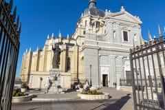 Punto di vista stupefacente di Almudena Cathedral in città di Madrid, Spagna Immagine Stock Libera da Diritti