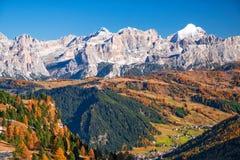 Punto di vista stupefacente di italiano Dolomities al giorno soleggiato di autunno Fotografia Stock