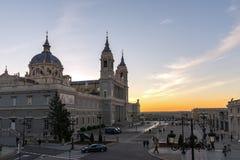 Punto di vista stupefacente di tramonto di Almudena Cathedral in città di Madrid, Spagna Immagine Stock