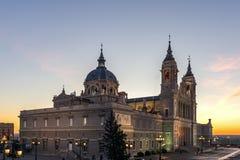 Punto di vista stupefacente di tramonto di Almudena Cathedral in città di Madrid, Spagna Fotografia Stock Libera da Diritti