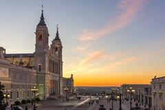 Punto di vista stupefacente di tramonto di Almudena Cathedral in città di Madrid, Spagna Immagini Stock Libere da Diritti