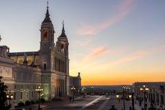 Punto di vista stupefacente di tramonto di Almudena Cathedral in città di Madrid, Spagna Fotografie Stock