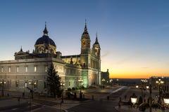Punto di vista stupefacente di tramonto di Almudena Cathedral in città di Madrid, Spagna Fotografie Stock Libere da Diritti