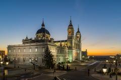 Punto di vista stupefacente di tramonto di Almudena Cathedral in città di Madrid, Spagna Fotografia Stock