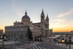 Punto di vista stupefacente di tramonto di Almudena Cathedral in città di Madrid, Spagna Immagine Stock Libera da Diritti