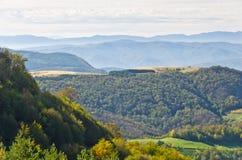 Punto di vista su un paesaggio del supporto Bobija, delle colline, dei mucchi di fieno, dei prati e degli alberi variopinti Immagini Stock