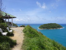 Punto di vista su una scogliera in Tailandia sull'isola di Phuket vicino alla spiaggia di Rawai Immagini Stock Libere da Diritti