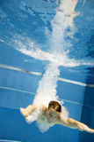 Punto di vista subacqueo di un uomo che salta nell'acqua Immagini Stock Libere da Diritti