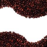 Punto di vista superiore arrostito dei chicchi di caffè su fondo bianco con lo spazio della copia Fotografia Stock