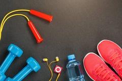 Punto di vista superiore di articolo sportivo, delle teste di legno, di un salto della corda, di una bottiglia di acqua, delle sc fotografia stock