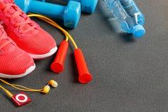 Punto di vista superiore di articolo sportivo, delle teste di legno, di un salto della corda, di una bottiglia di acqua, delle sc immagine stock