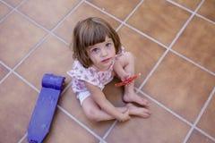 Punto di vista superiore di bella ragazza del bambino che mangia anguria a casa Amore della famiglia ed aria aperta di stile di v fotografia stock libera da diritti