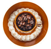 Punto di vista superiore dei chicchi di caffè in una tazza Immagini Stock
