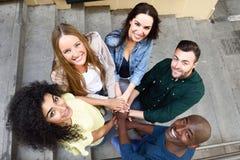 Punto di vista superiore dei giovani che un le loro mani Immagini Stock Libere da Diritti