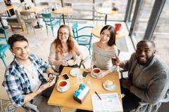 Punto di vista superiore dei giovanotti che si siedono insieme Fotografia Stock Libera da Diritti
