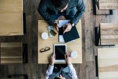 punto di vista superiore dei soci commerciali che coworking immagine stock