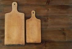 Punto di vista superiore dei taglieri di legno sulla vecchia tavola di legno Immagini Stock Libere da Diritti