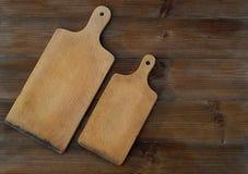 Punto di vista superiore dei taglieri di legno sulla vecchia tavola di legno Fotografie Stock Libere da Diritti