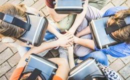 Punto di vista superiore del gruppo degli amici che gioca sui vetri del vr con la pila delle mani fotografia stock libera da diritti