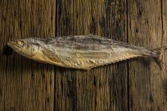 Punto di vista superiore del pesce salato asciutto sulle vecchie tavole di legno Immagine Stock