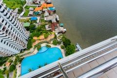 Punto di vista superiore del pilastro e della piscina Immagini Stock
