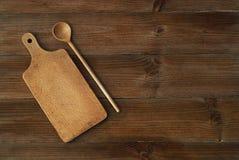 Punto di vista superiore del tagliere di legno sulla vecchia tavola di legno Fotografia Stock