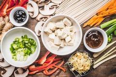 Punto di vista superiore del vegetariano asiatico che cucina gli ingredienti per la frittura di scalpore con il tofu Fotografia Stock