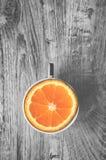 Punto di vista superiore dell'arancia dolce deliziosa in tazza isolata su una b di legno Immagini Stock