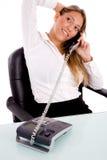 Punto di vista superiore dell'esecutivo sorridente che comunica sul telefono Fotografia Stock
