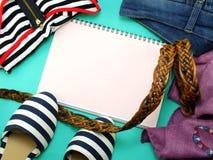 Punto di vista superiore della donna casuale di abbigliamento e dell'accessorio per le donne Fotografie Stock