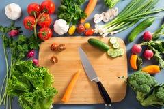 Punto di vista superiore della donna che cucina alimento sano: verdura di taglio ingred Immagine Stock