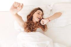 Punto di vista superiore della giovane donna che allunga a letto Fotografia Stock Libera da Diritti