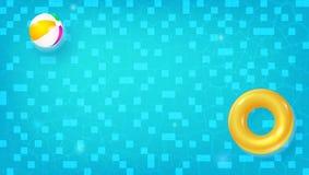 Punto di vista superiore della piscina Stagno orizzontale con l'anello di nuoto, beach ball che galleggia in acqua blu Concerto d Immagine Stock Libera da Diritti