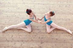 Punto di vista superiore delle ballerine minute che ballano nello studio Fotografia Stock