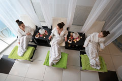 Punto di vista superiore delle donne felici che si rilassano nel salone di bellezza Fotografia Stock Libera da Diritti