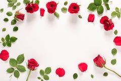 Punto di vista superiore delle foglie e delle rose Immagine Stock